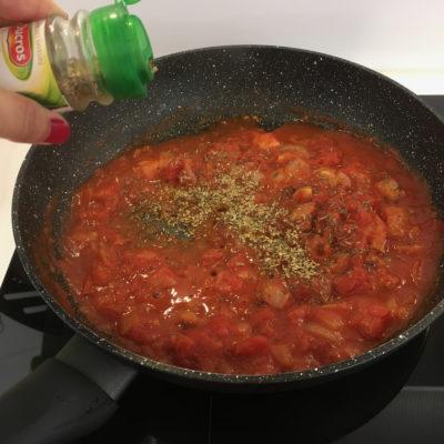 Reprendre la même poêle et faites-y dorer les oignons et l'ail, puis ajouter la pulpe de tomate, le paprika, le sucre, le thym et le laurier.