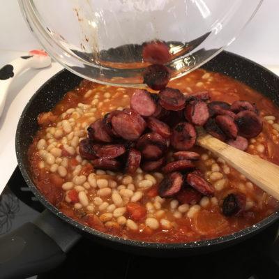Ajouter les haricots et les morceaux de saucisses.